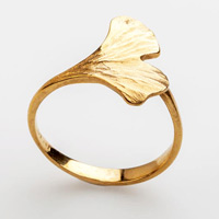 Goldener Ring in Form eines Ginkgoblatts